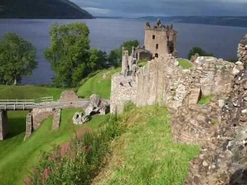 Oстанките на крепостта и замъка Уркварт