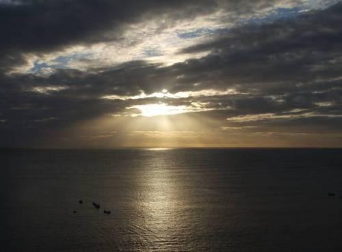 Слънцето изгрява над залива Робин Худ'с Бей