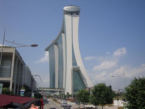 Вляво шопинг центъра на МБС, вдясно МБС, в дъното Singapore Flyer