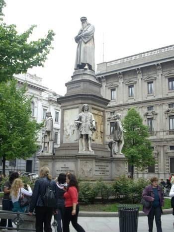 Милано, Паметникът на Леонардо да Винчи
