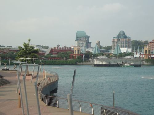 Първото ниво на улицата и изглед към острова