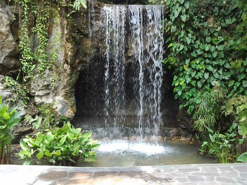 Водопадът в Ginger Garden