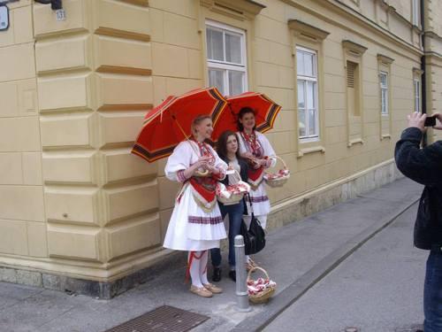 Загреб, Девойки в национални носии