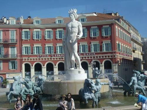 Ница, фонтанът на централния площад