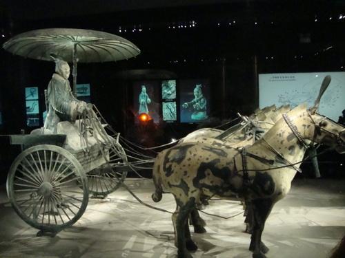 Една от бронзовите колесници