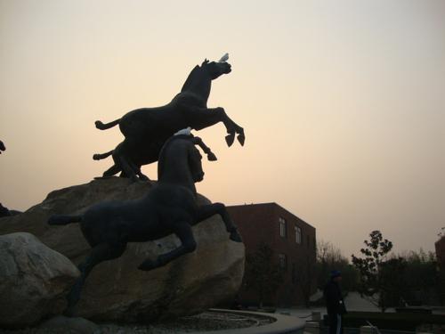 Белите гълъби върху бойните коне - мир и война във вечен кръговрат