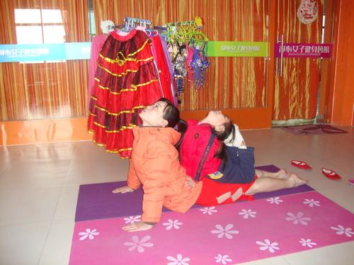 Лин репетира с дъщеричката си за училищно тържество