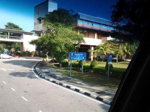 На кръстопът: направо Малайзия, надясно Сингапур