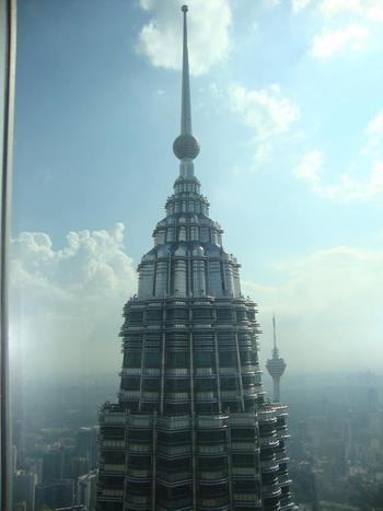 В близък план Втората кула, а отзад зад нея Тв кулата
