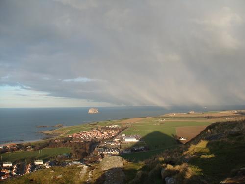 Гледка отвисоко към Бас Рок, Северно море и Норт Берик