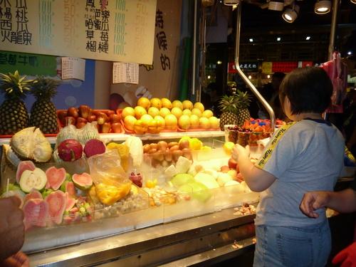 Сергия за плодове. Продават се обелени и нарязани. Готови са за ядене.