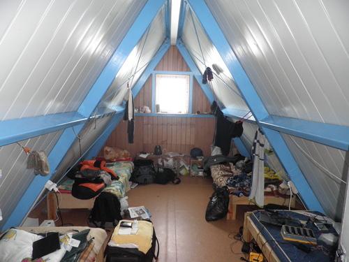 Изглед от нашата спалня. Моето легло е в дъното вляво, а отпред вдясно е пунктът за зареждане на акумулаторите за GPS устройствата
