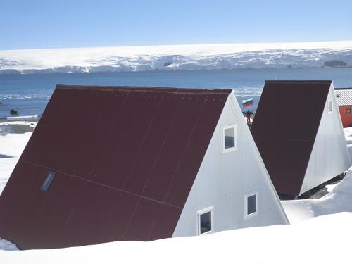 Последните засега постройки на базата. На преден план – нашата къща, с прозорчето на втория етаж; къщата има около 10 спални места, лекарски кабинет и лаборатория. На заден план – къщата за гости Casa Espagna.