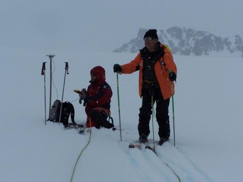 Измерване на репер върху ледника Перуника, в близост от вр. Крумов камък