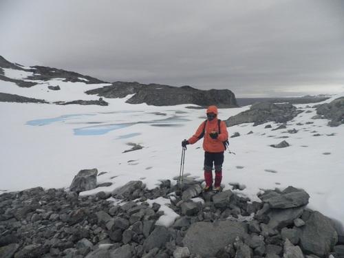 Васил Гурев по време на картиране на циркуса на изчезналия ледник Морски лъв