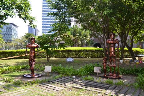 В градинката пред Тайпе 101