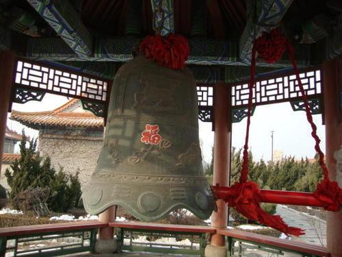 Неизменната камбана, която се бие с дънер, закачен до нея