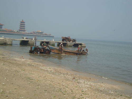 Тракторът избутва лодката във водата