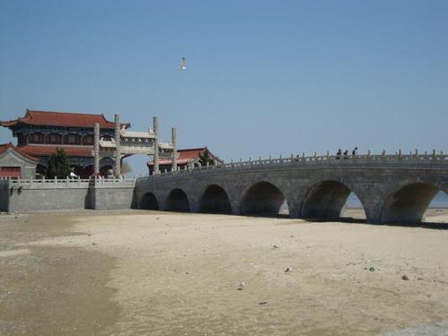 Мостът към Полуострова и арката на входа