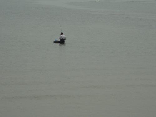 Рибар, нагазил до кръста