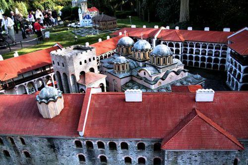 Паркът Mini Europe, умалено копие на Рилския манастир