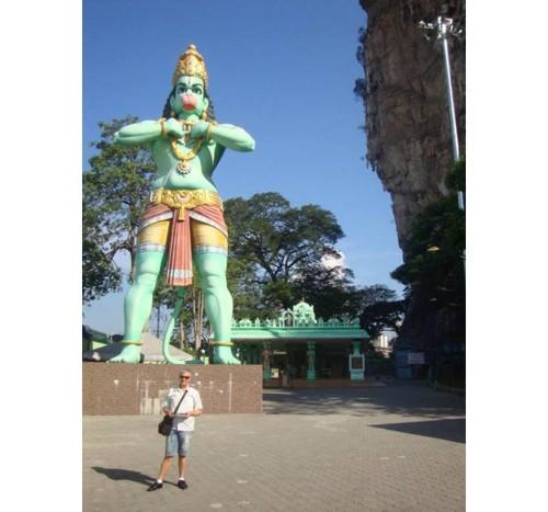 Статуята бог Хануман до гарата