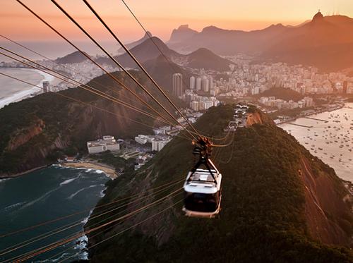 Гледка от хълма Захарната глава; всеки опит полетът над Рио да се опише като вълнуващ и великолепен е напълно правдоподобен.
