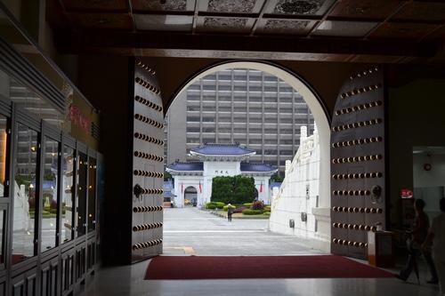 Тайпе, през портите на мемориала