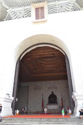 Тайпе, мемориал Чан Кай Шек, Водачът гледа напред към площада