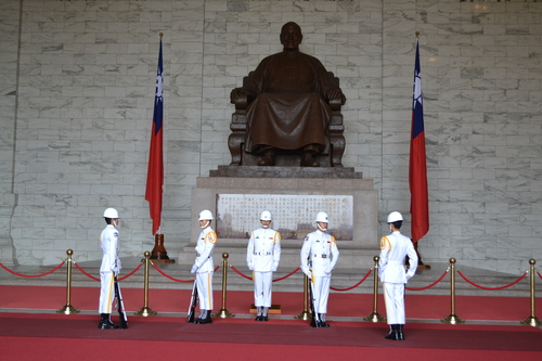 Тайпе, мемориал Чан Кай Шек, смяна на почетния караул