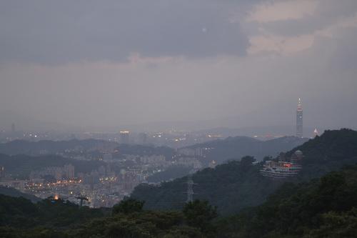 Тайпе, Маоконг, гледката към Тайпе 101 на свечеряване. Запалват първите светлини.