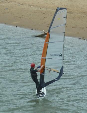 Фулонг, сърфист с каска