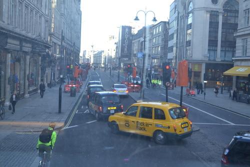 Лондон, движението по улица в центъра рано сутринта