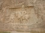 Триумфалният релеф от Персеполис с шах Шапур I на кон и пленения и на колене римски император Валериан I