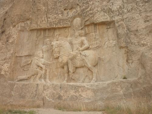 Триумфалният релеф от Персеполис с шах Шапур I на кон и пленения и на колене римски император Валериан I след битката при Едесса в 260 г.