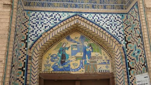 Над входа е сцената на Благовещение.