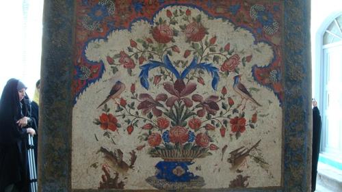 Зад тази изписана колона с цветя се скриха срамежливите иранки.