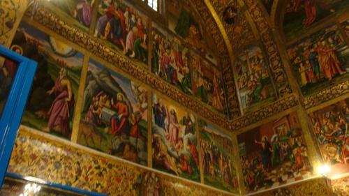 Вътре стените са изписани с Евангелски сцени.