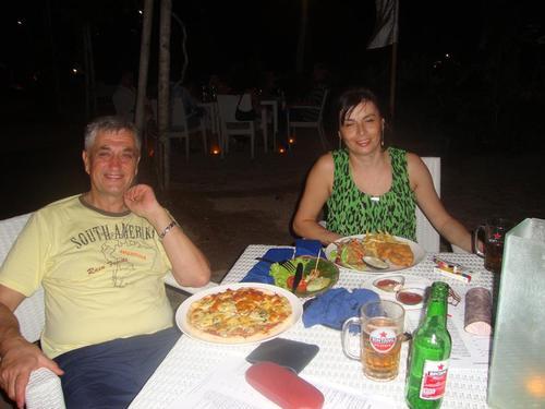 вечеря на брега на океана