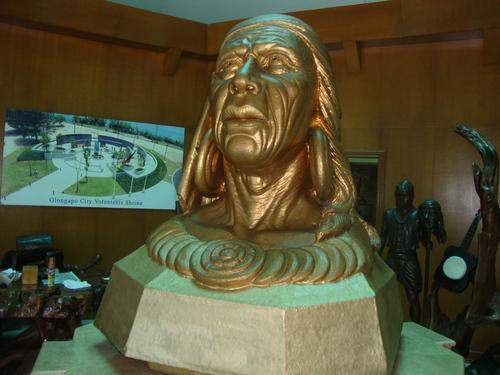 В Градския музей - Ulo ng Apo - вождът, на когото е кръстен Олонгапо