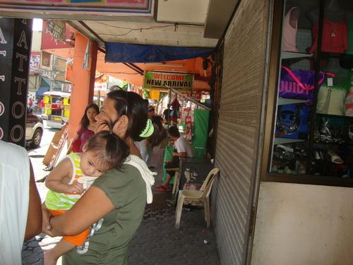 Филипини, навеси по улиците на Олонгапо предпазват от слънце и дъжд