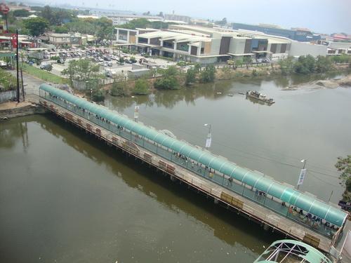 Един от мостовете, който свързват Олонгапо със Свободната зона, вдясно - Харбър пойнт, най-новият мол