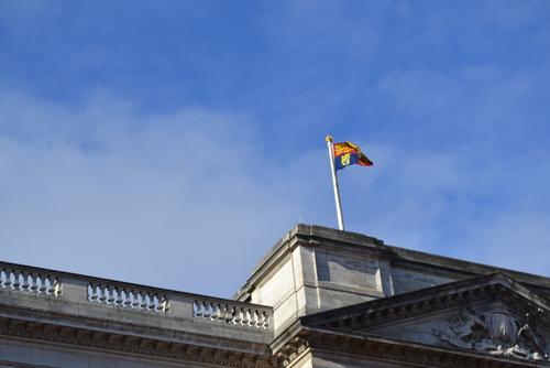 Лондон, Бъкингамският дворец, Щом се вее знамето на Кралицата, значи си е у дома.