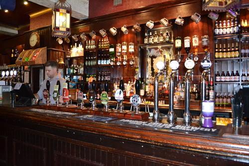 Лондон, в английски пъб с първокачествена и разнообразна бира