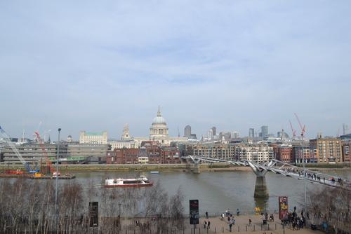 Лондон, гледка към Свети Павел от галерията за модерно изкуство Тейт.