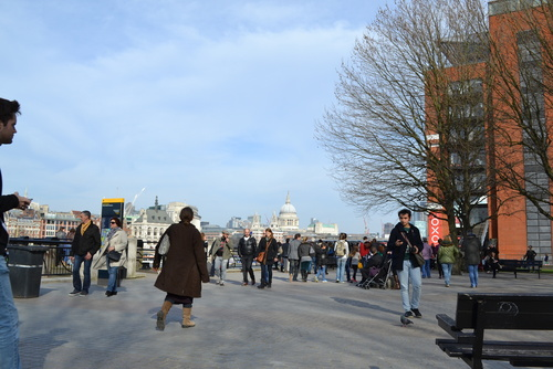 Лондон, по крайречната алея.