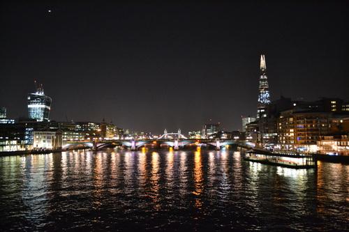 Лондон, гледка към Лондон бридж, Тауър бридж и небостъргача Шард от Пешеходния мост, по тъмно