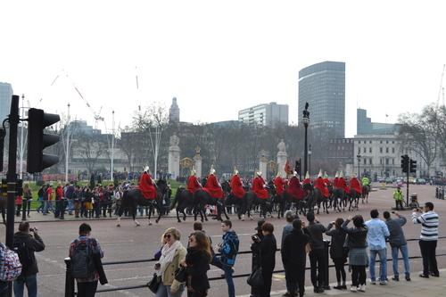 Лондон, Бъкингамският дворец, Конниците преминават.