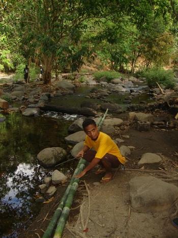 Филипини, Джей Ар обяснява как ще изработи съдове от бамбука