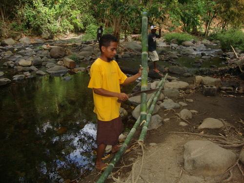 Филипини, острият sungot ulang потъва в коравия бамбук като в масло